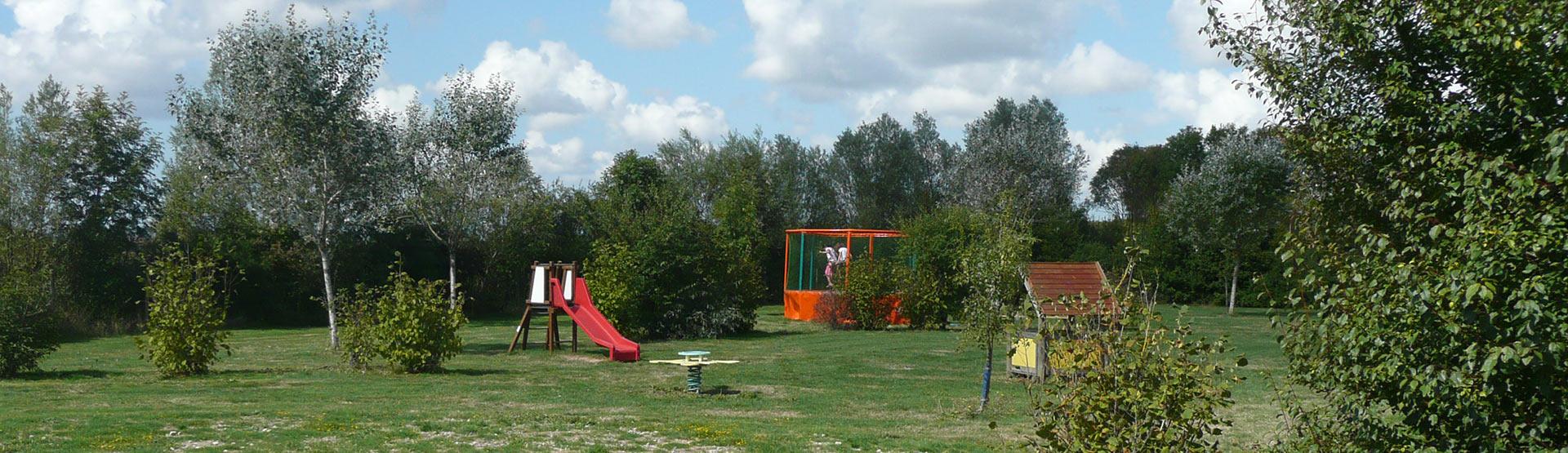 aire de jeux avec trampoline